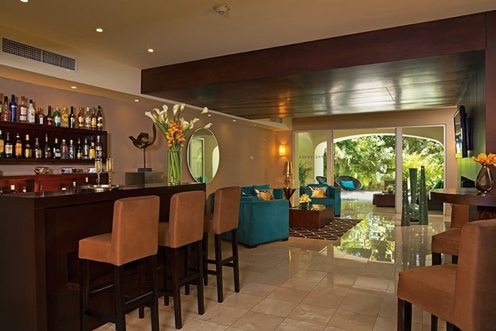 View of the interior and bar at the Preferred Club Lounge in Now Larimar Punta Cana