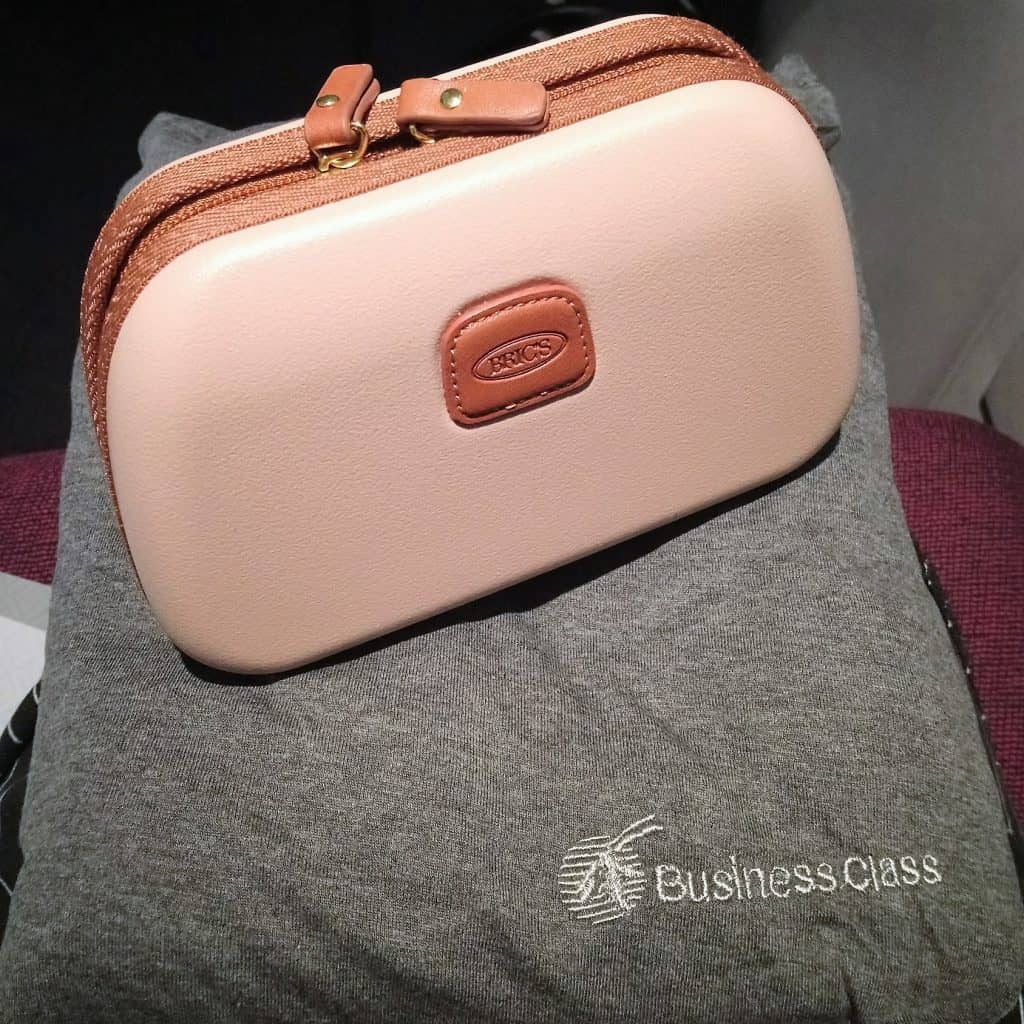 Photo of the BRIC'S amenity kit and the pyjamas for Qatar Airways Business Class