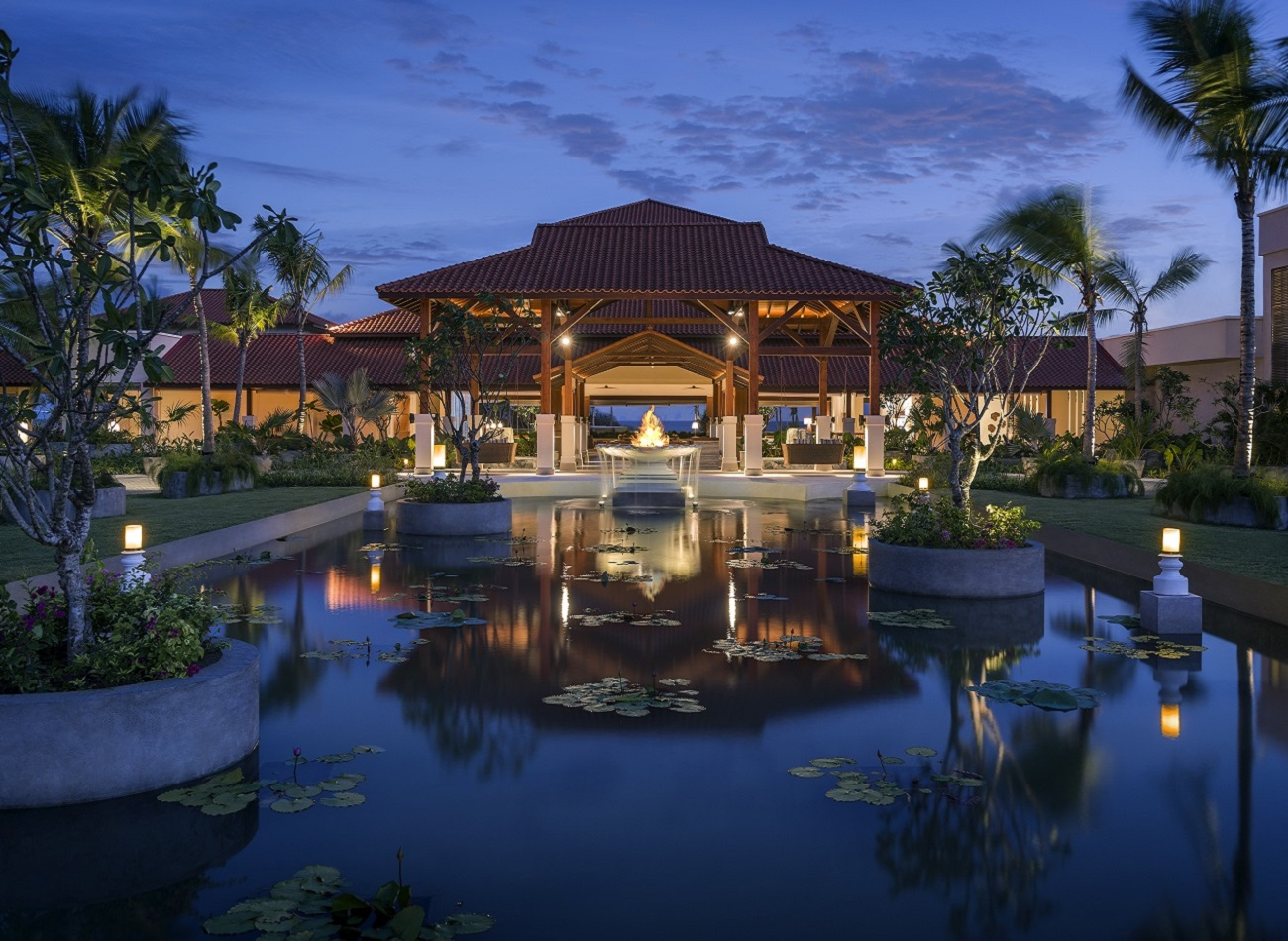 Shangri-La Hambantota Resort in Sri Lanka, night view of the hotel entrance